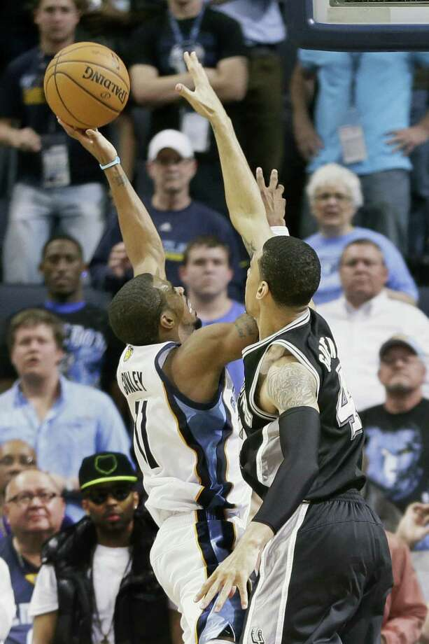 Memphis' Mike Conley (left) takes the game-winning shot against Spurs guard Danny Green. Photo: Danny Johnston / Associated Press