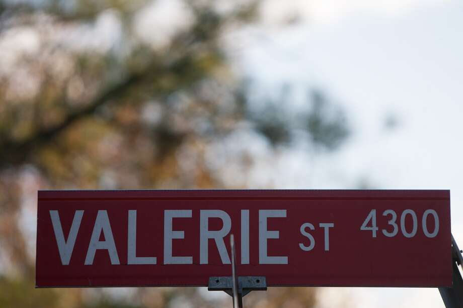 Many street signs in part of Bellaire are women's names. Photo: R. Clayton McKee, Freelance / © R. Clayton McKee