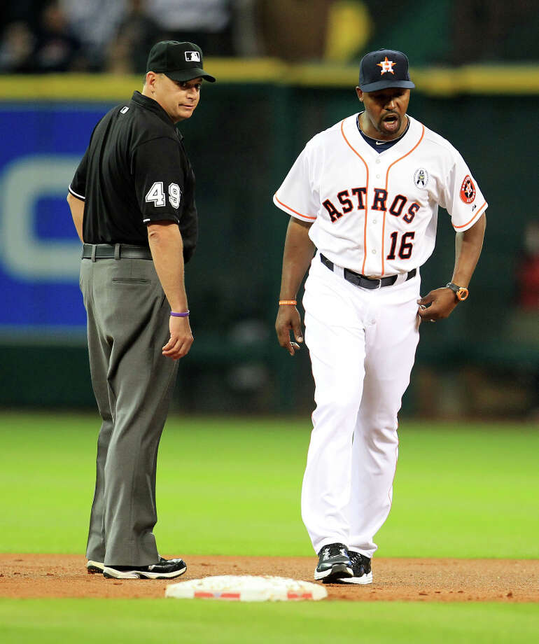 Astros manager Bo Porter walks back to the dugout after he argued a call with umpire Andy Fletcher during the first inning. Photo: Karen Warren, Houston Chronicle / © 2013 Houston Chronicle