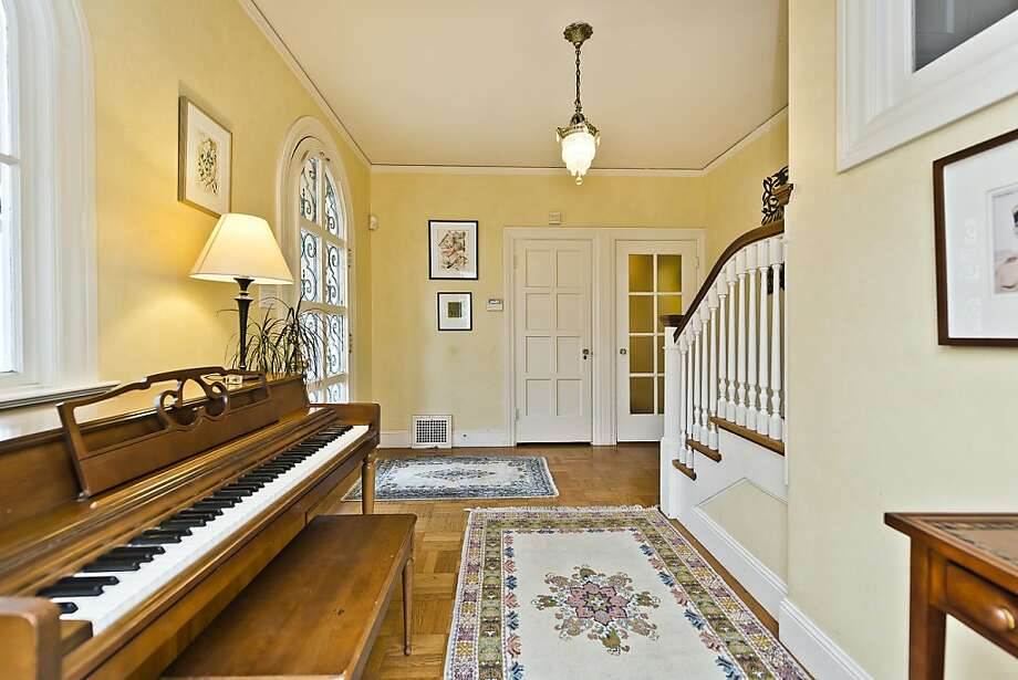 The foyer features a wide gallery and arched windows. Photo: Olga Soboleva, Vanguard Properties