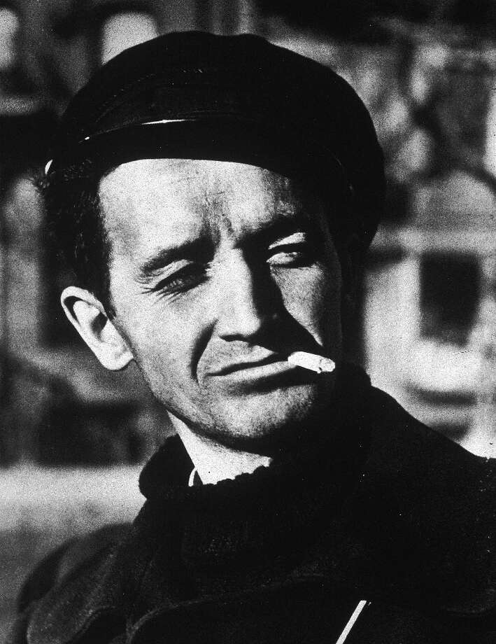 Circa 1960:  American singer and folk musician Woody Guthrie (1912-1967) smoking a cigarette in a beret. Photo: Hulton Archive, Getty Images / Archive Photos