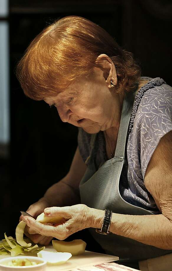 Weezie Mott cores a Granny Smith apple for a dish at her cooking class in Alameda. Photo: Liz Hafalia, The Chronicle