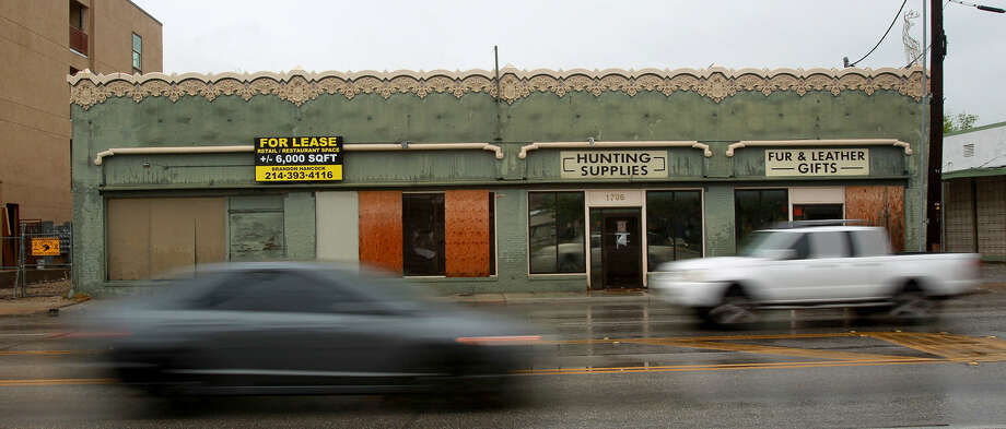 The current owner of the now-vacant building at 1706 Broadway wants to demolish the structure and replace it with multi-family housing. Photo: John Davenport / San Antonio Express-News
