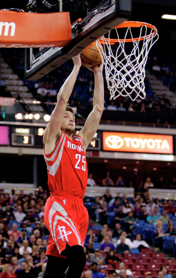 Rockets forward Chandler Parsons catches a lob pass from Jeremy Lin for a dunk against the Kings during the first quarter. Photo: Rich Pedroncelli, Associated Press