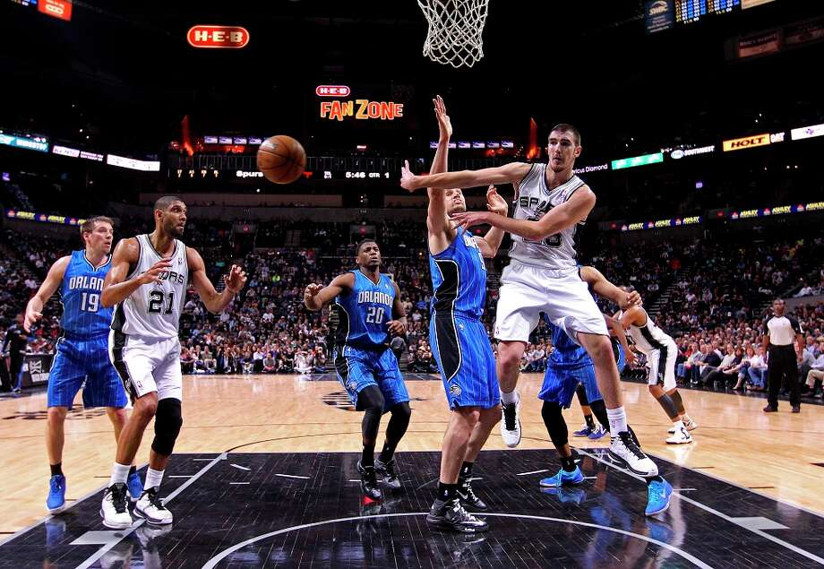 The Spurs\' Nando De Colo passes out to the perimeter during the first half against the Orlando Magic at the AT&T Center, Wednesday, April 3, 3013. The Spurs won 98-84. Photo: Jerry Lara, San Antonio Express-News / ©2013 San Antonio Express-News