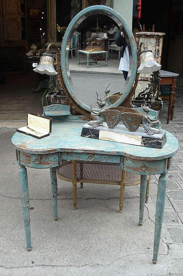 Loving this shabby chic vanity.