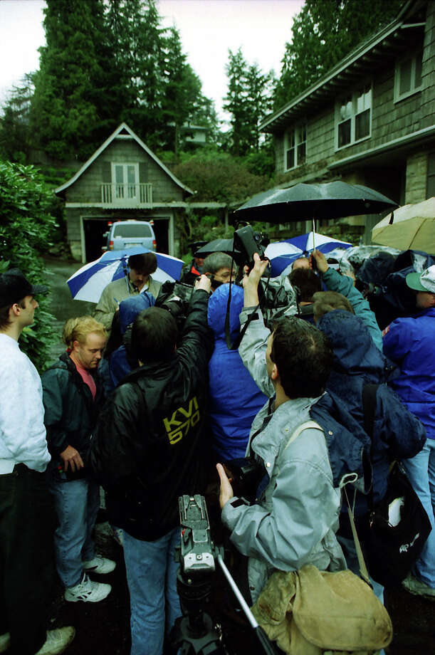 Swarms of reporters listen to a police briefing at the former home of Kurt Cobain, April 8, 1994. Photo: Mike Urban/CopyrightMOHAI, Seattle Post-Intelligencer Collection, 2000.107_19940408_0083.