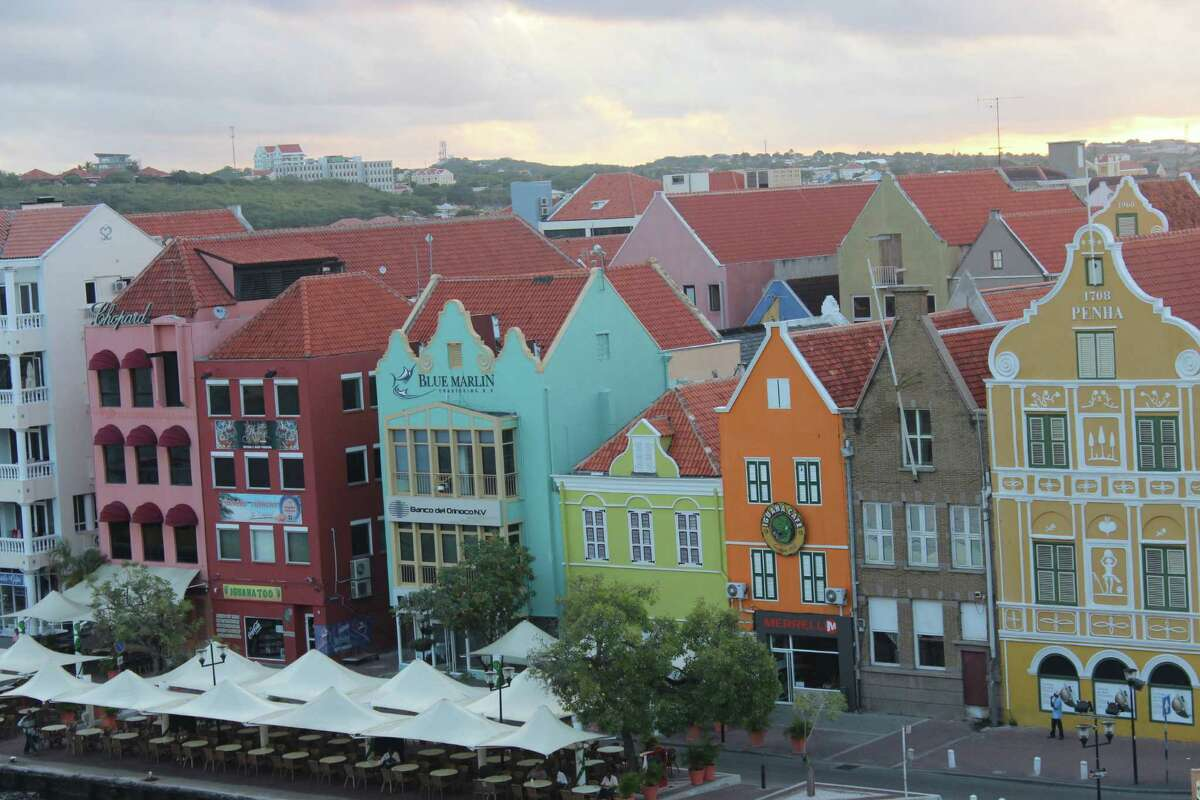 2.Curaçao 3-star hotel average:$83 Round-trip airfare from NYC:$276 7-nights stay + flights for two people:$1,132