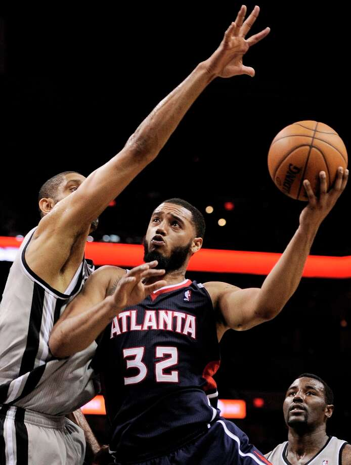 Atlanta Hawks\' Mike Scott (32) shoots against the Spurs\' Tim Duncan during the second half Saturday, April 6, 2013, at the AT&T Center. San Antonio won 99-97. Photo: Darren Abate, Associated Press / FR115 AP