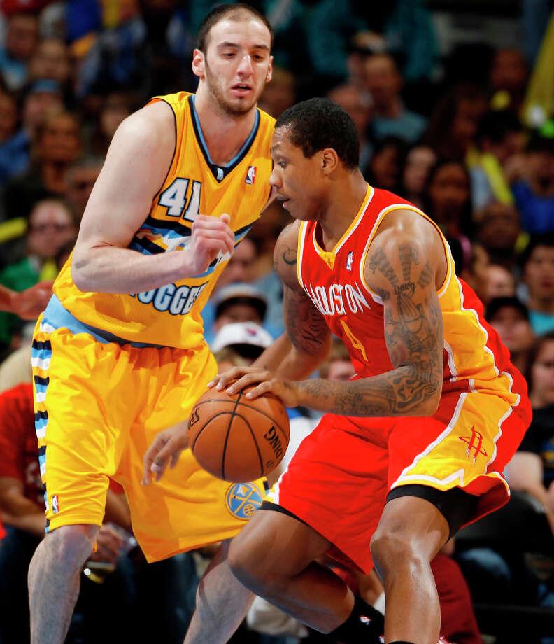 Rockets center Greg Smith works the ball inside for a shot against Kosta Koufos of the Nuggets. Photo: David Zalubowski, Associated Press