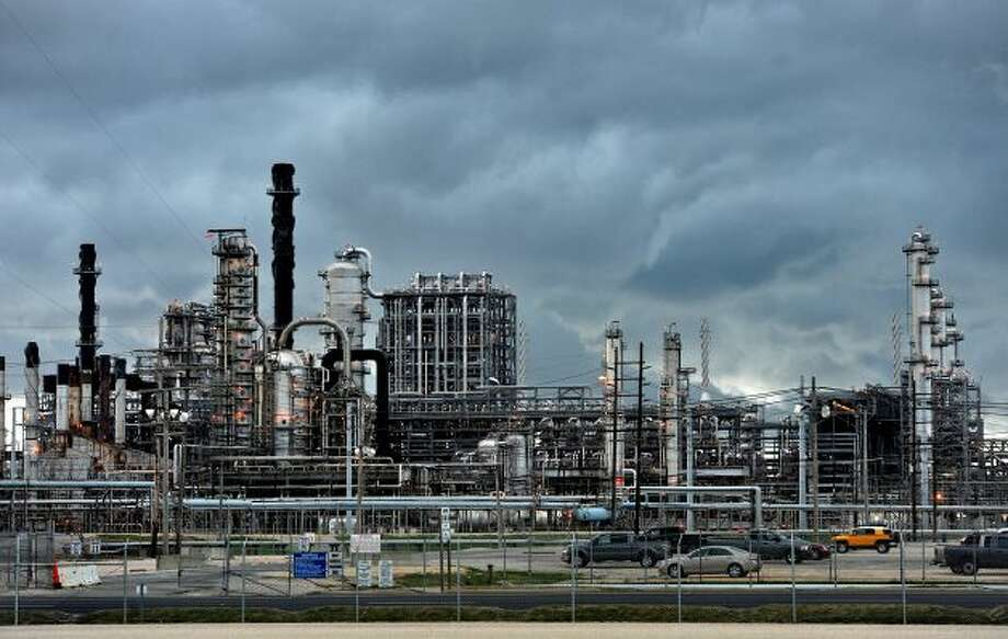 A storm rolls over Motiva refinery in Port Arthur Photo: Guiseppe Barranco, Beaumont Enterprise