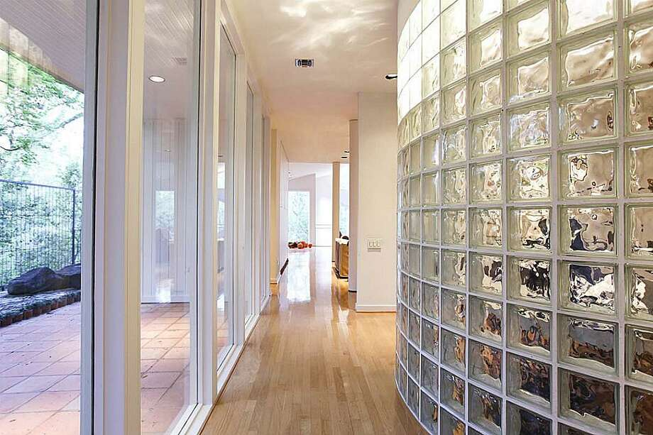 Hallway leading to patio, study, powder room and living room. Photo: Greenwood King Properties