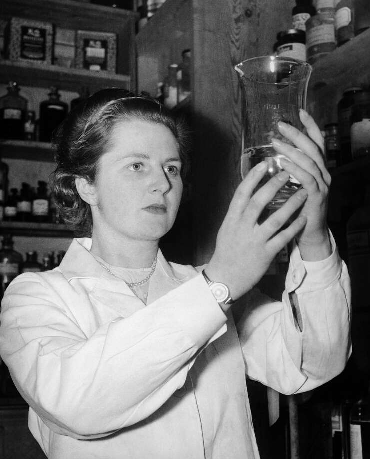 "Margaret Thatcher, then Margaret Roberts, a young chemist, working in a laboratory in England In 1950. The Future ""Iron Lady"" was then the youngest female Conservative candidate in British history. Photo: Keystone-France, File / 1950 Keystone-France"