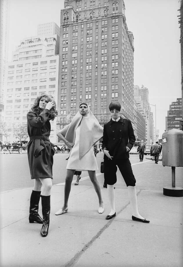 Collen Osbourne, Peggy Moffitt (right) and Sonia Pugin modelling the latest fashions in New York, June 13, 1967. Photo: Hulton Archive, Getty Images / 2003 Getty Images