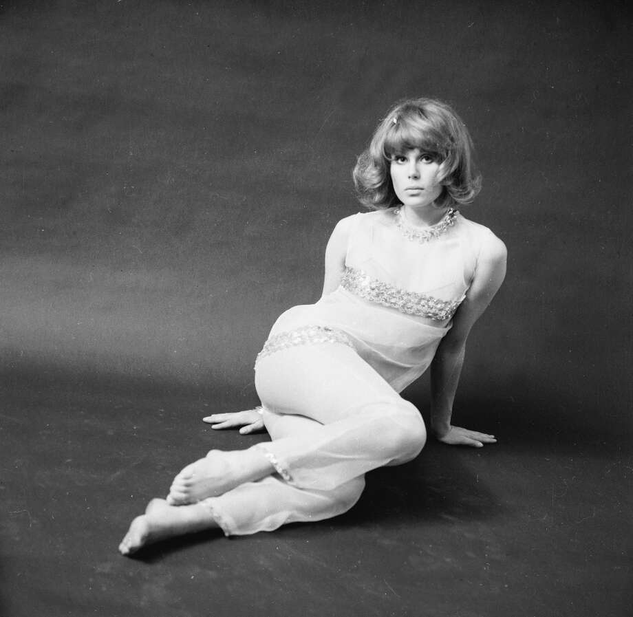 June 9, 1966: English actress Joanna Lumley modelling a trouser suit. Photo: David Cairns, Getty Images / Hulton Archive
