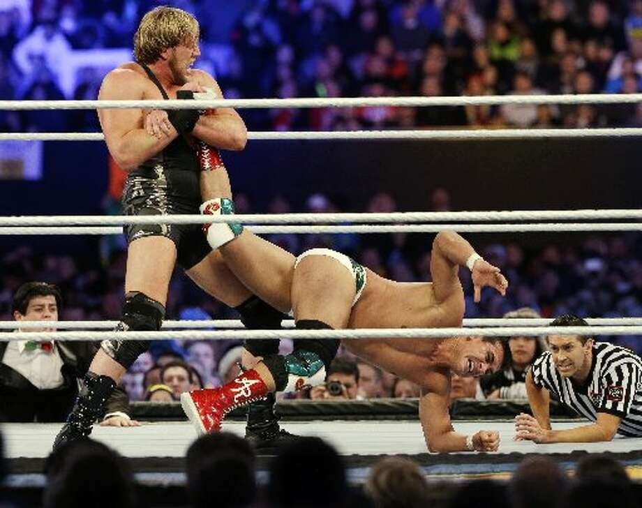 "Jack Swagger applies the ""patriot lock\"" to Alberto Del Rio."