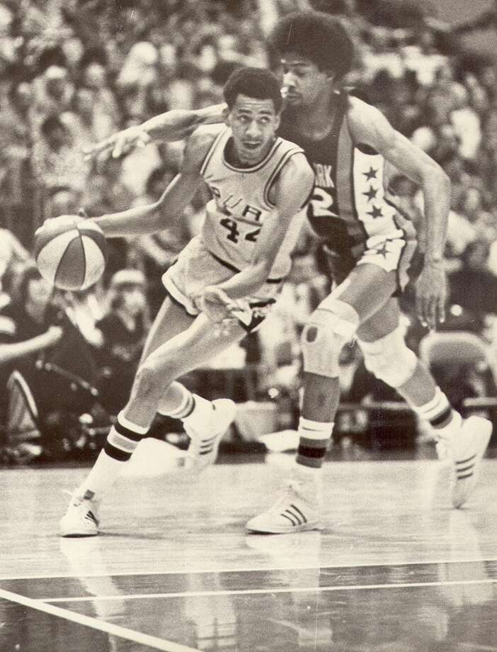 Spurs star George Gervin drives around Julius Erving in 1975 at the HemisFair Arena in San Antonio Photo: Express-News File Photo