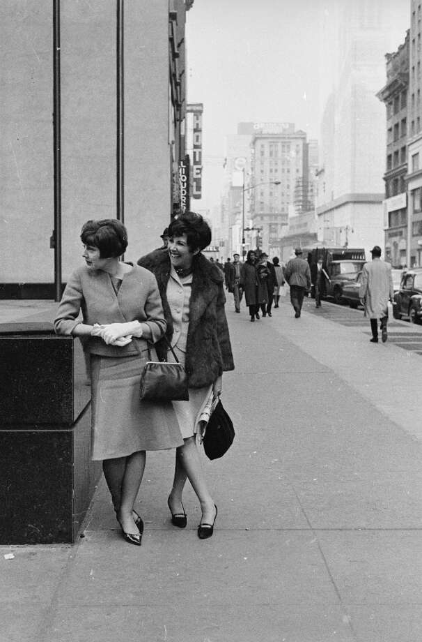March 8, 1965:  Fashion models, Diane Hart and Pamela Manson modelling clothes on a New York street. Photo: William Lovelace, Getty Images / Hulton Archive
