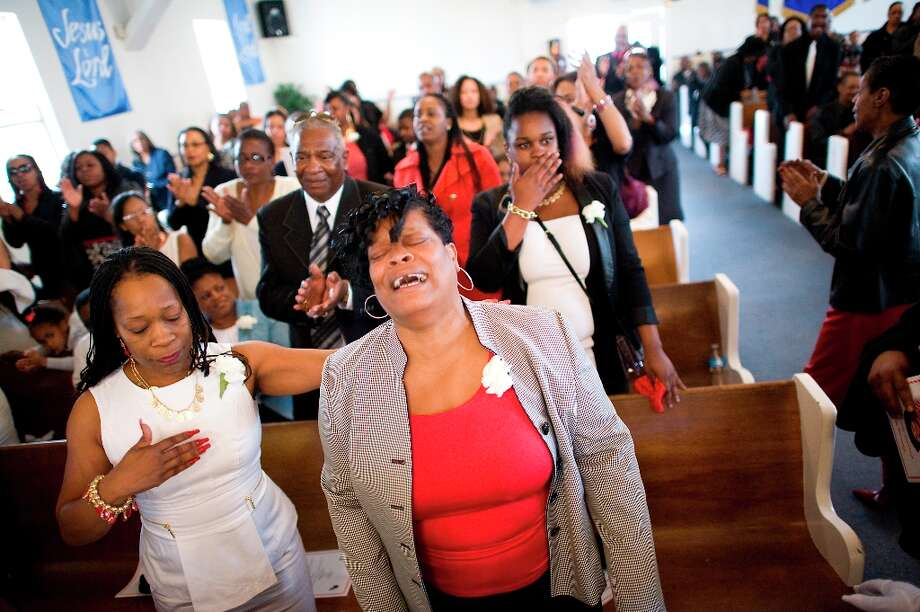 Family member Londa Slocum(center) cries during the the funeral of Imani Evan\'s  great grandmother Ernestine Shepherd in Richmond, CA Saturday April 6th, 2013. Photo: Michael Short, Special To The Chronicle / ONLINE_YES