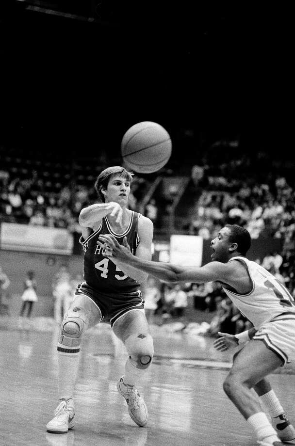 University of Houston Cougars' Reid Getty (45) passes off the ball as Southern Methodist University's David Gadis (10) attempts to block the pass in the first half of Southwest Conference play in Dallas, Tex., Feb. 9, 1983. Photo: Bill Janscha, Associated Press File Photo / AP1983