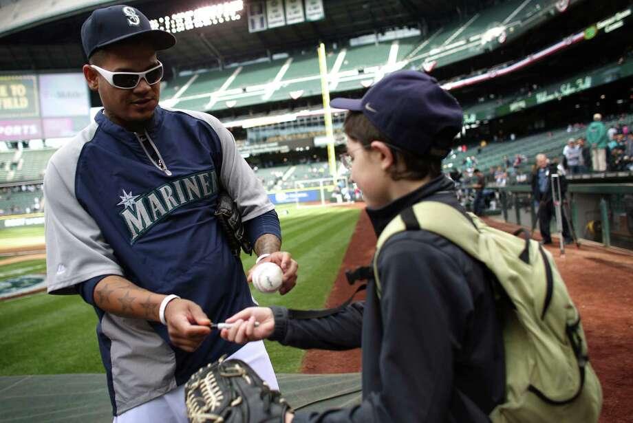 Ezra Simon gets an autograph from pitcher Felix Hernandez. Photo: JOSHUA TRUJILLO / SEATTLEPI.COM