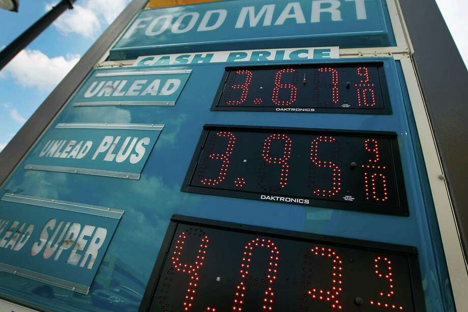 The average U.S. retail gasoline price fell to the lowest level since January, but you could save gasoline with a few simple tips. See how. Photo: Joe Raedle, Getty Images / 2012 Getty Images