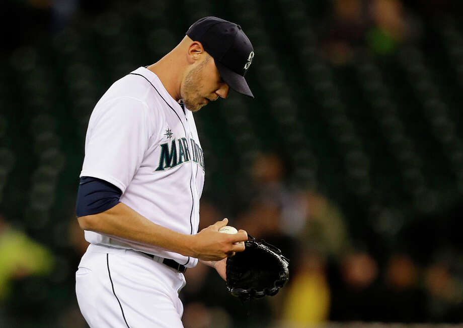 Mariners pitcher Kameron Loe walks to the mound during the third inning. Photo: Ted S. Warren, Associated Press