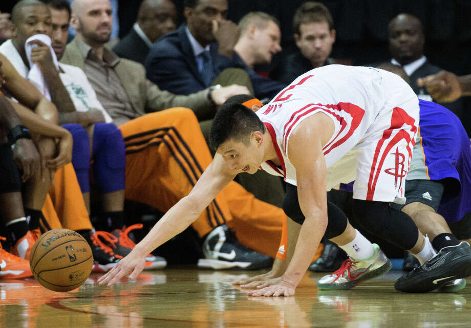 Rockets point guard Jeremy Lin scrambles for a loose ball against the Suns. Photo: Smiley N. Pool, Houston Chronicle / © 2013  Houston Chronicle