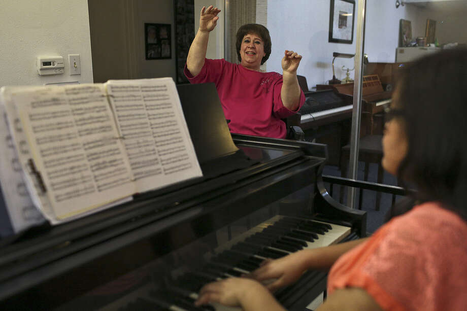 Piano teacher Linda Camann encourages her students, including Nicole Elefante, 14, as they practice for an upcoming concert. A reader appreciates the story on Camann. Photo: Lisa Krantz, San Antonio Express-News
