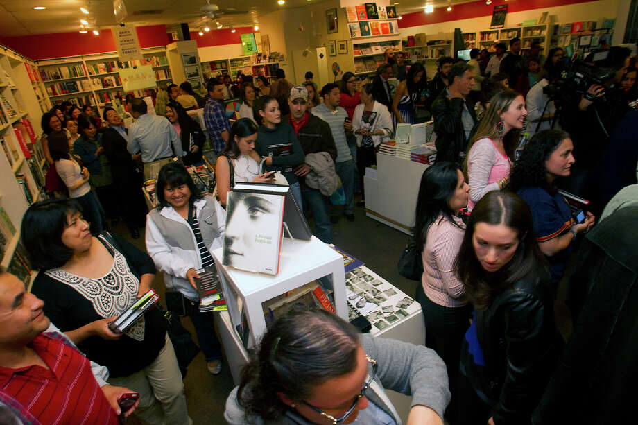 Fans wait to meet Colombian pop star Juanes at the Brazos Book Store, Wednesday, April 10, 2013, in Houston. Photo: Cody Duty, Houston Chronicle / © 2013 Houston Chronicle