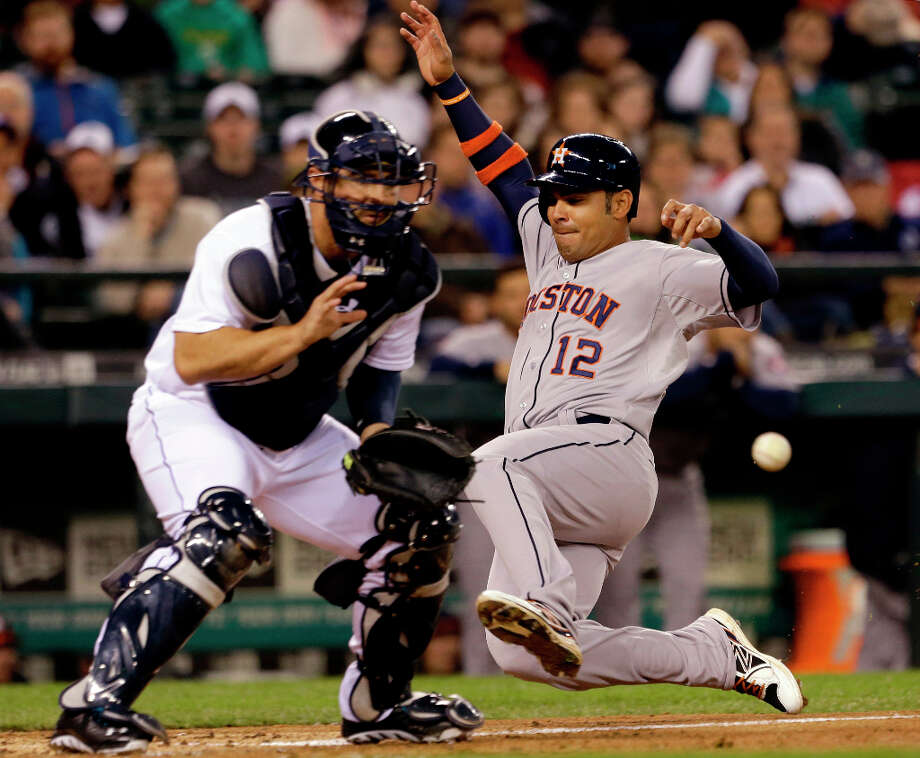 Carlos Pena of the Astros scores during the third inning. Photo: Elaine Thompson