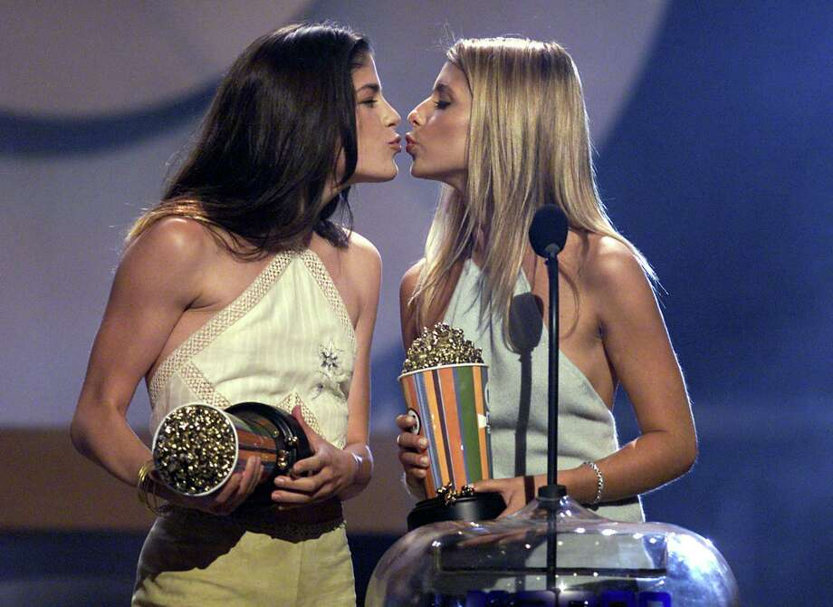 "Selma Blair renacts her ""Cruel Intentions"" kiss with Sarah Michelle Gellar on the '2000 MTV Movie Awards' at the Sony Pictures Studio in Culver City, Ca. Photo: Frank Micelotta, Getty Images / Getty Images North America"