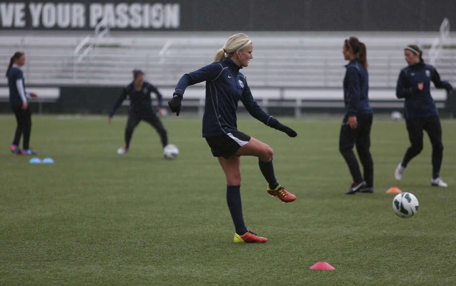 Players, including Kaylyn Kyle, run drills during Seattle Reign practice. Photo: JOSHUA TRUJILLO, SEATTLEPI.COM / SEATTLEPI.COM