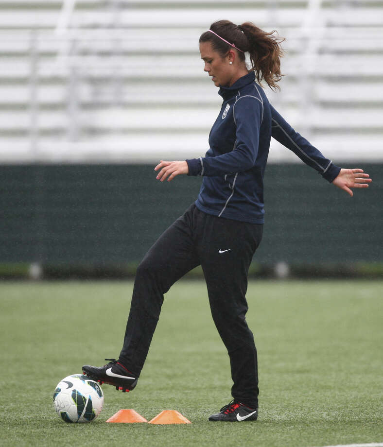 Player Kate Deines run drills during Seattle Reign practice. Photo: JOSHUA TRUJILLO, SEATTLEPI.COM / SEATTLEPI.COM