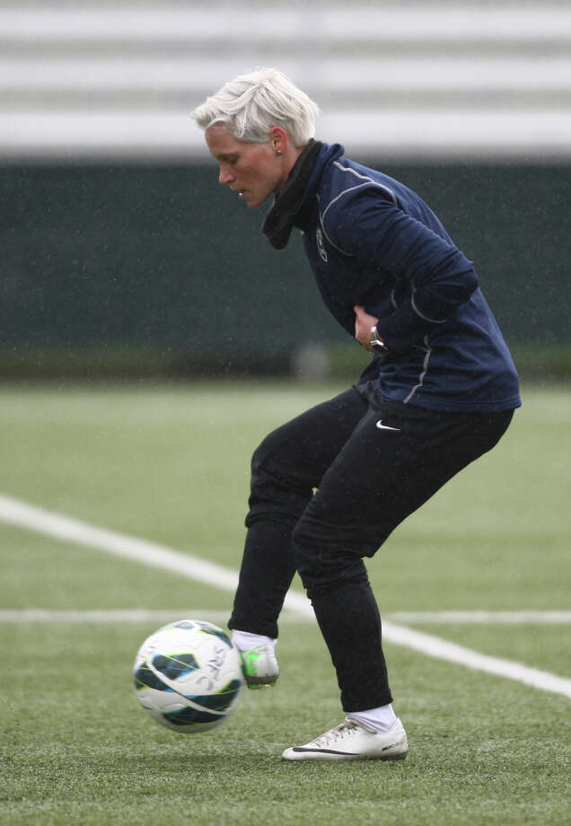 Seattle Reign player Jess Fishlock runs a drill during practice. Photo: JOSHUA TRUJILLO, SEATTLEPI.COM / SEATTLEPI.COM