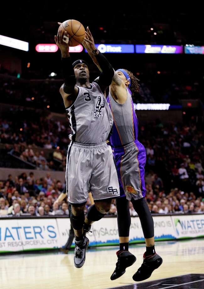 The Spurs' Stephen Jackson (left) is defended by Phoenix Suns' Michael Beasley (right) during the first quarter Jan. 26, 2013, in San Antonio. Photo: Eric Gay, Associated Press