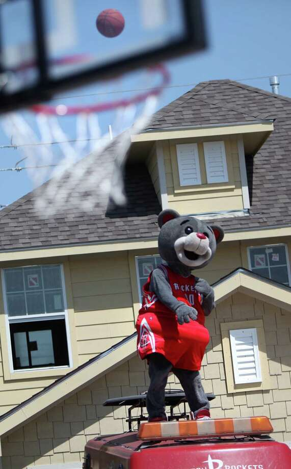 Clutch tries to make a basket from the roof of a vehicle during the Cricket & Rockets Driveway Challenge on Saturday, April 13, 2013, in Houston. Photo: Mayra Beltran, Houston Chronicle / © 2013 Houston Chronicle
