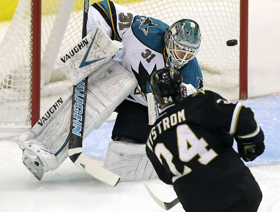 Dallas left wing Eric Nystrom scores on San Jose's Antti Niemi less than two minutes into the game. Photo: LM Otero, Associated Press