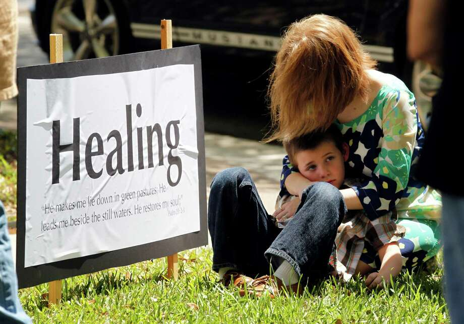 Kristi Ivie of Kaufman prays with her son Lance, 6, outside the Kaufman County Courthouse. Photo: Michael Ainsworth, The Dallas Morning News / 10017129A