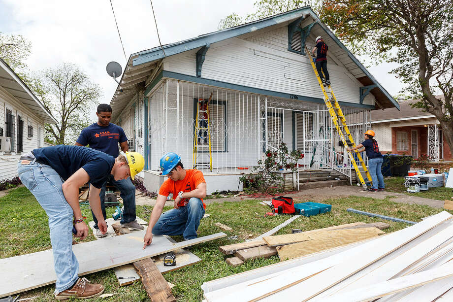 Andre Flenoy (from left), DeVont'e Outerbridge, John Gonzalez, Caroline Sughrue and Nejett Beltaifa, from the University of Texas at San Antonio's College of Architecture, upgrade a home in the 1200 block of Iowa Street. Photo: Photos By Marvin Pfeiffer / San Antonio Express-News
