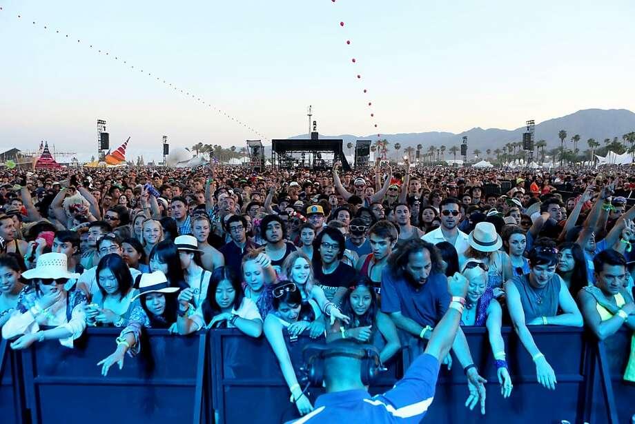 Los fans celebran mientras toca la banda Modest Mouse en el primer día del Festival Coachella, el viernes 12 de abril de 2013 en Indio, California. (Fotografía de Alexandra Wyman/Invision/AP) Photo: Alexandra Wyman, Associated Press