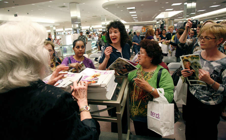 Longtime author, columnist and cover girl Heloise signs copies of Trends at Dillards North Star Mall in 2010.  Photo: J. MICHAEL SHORT, SPECIAL TO THE EXPRESS-NEWS / THE SAN ANTONIO EXPRESS-NEWS
