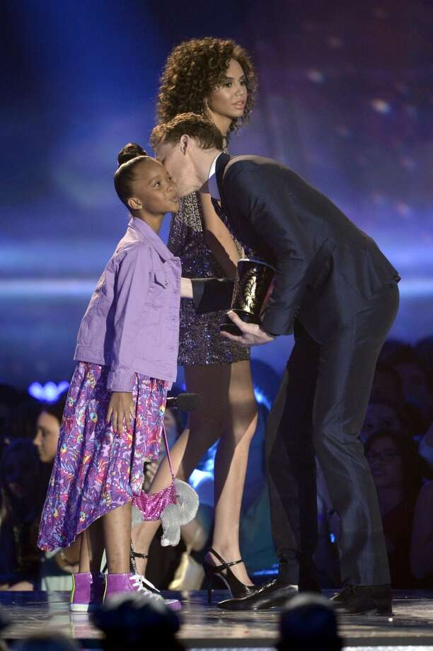 "CULVER CITY, CA - APRIL 14:  Actor Tom Hiddleston (R) accepts the Best Villain award for ""Marvel's The Avengers"" from actress Quvenzhane Wallis onstage during the 2013 MTV Movie Awards at Sony Pictures Studios on April 14, 2013 in Culver City, California.  (Photo by Kevork Djansezian/Getty Images)"