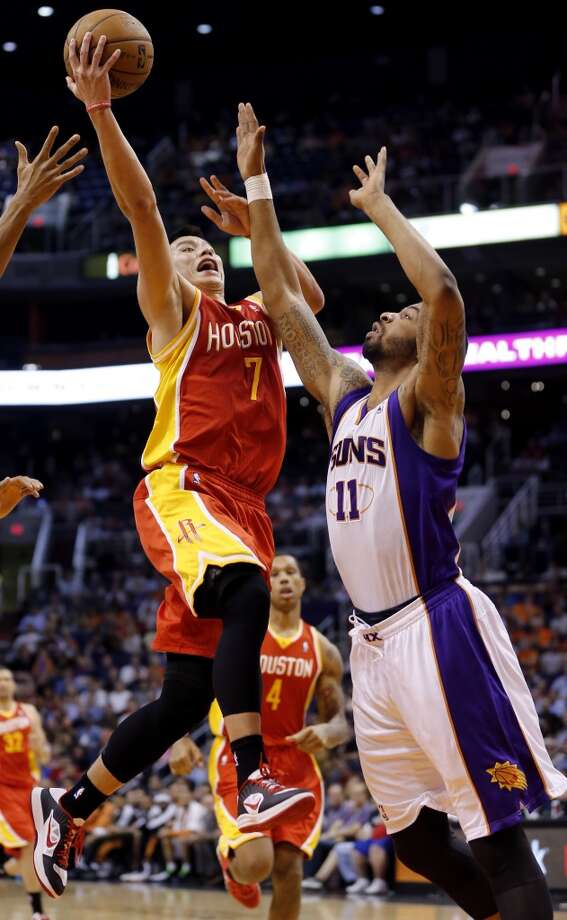 Jeremy Lin (7) drives past Markieff Morris (11) during the first half. Photo: Matt York, Associated Press