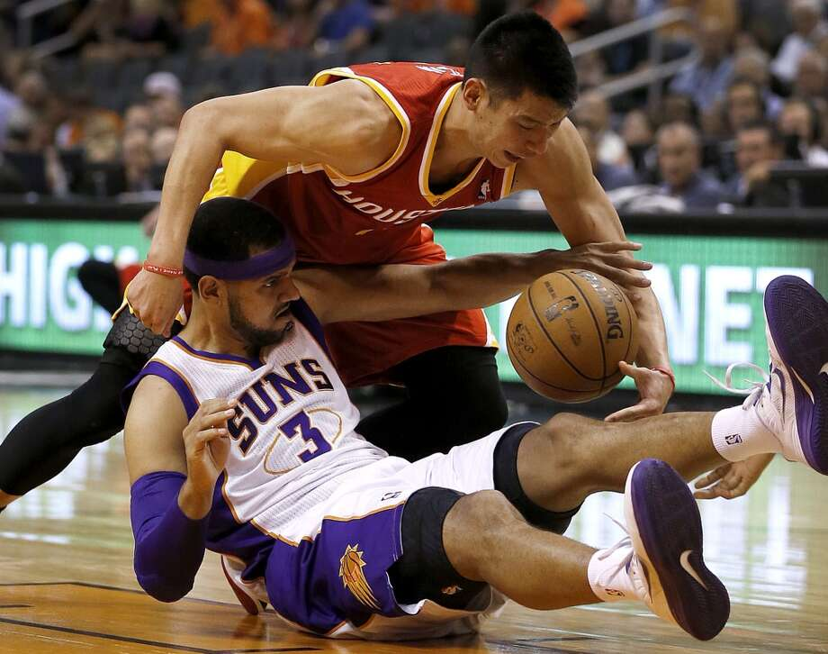Jeremy Lin battles Jared Dudley (3) for a loose ball. Photo: Matt York, Associated Press