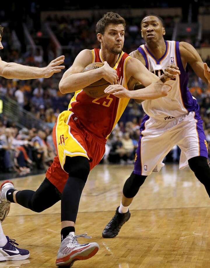 Chandler Parsons (25) drives past Wesley Johnson. Photo: Matt York, Associated Press