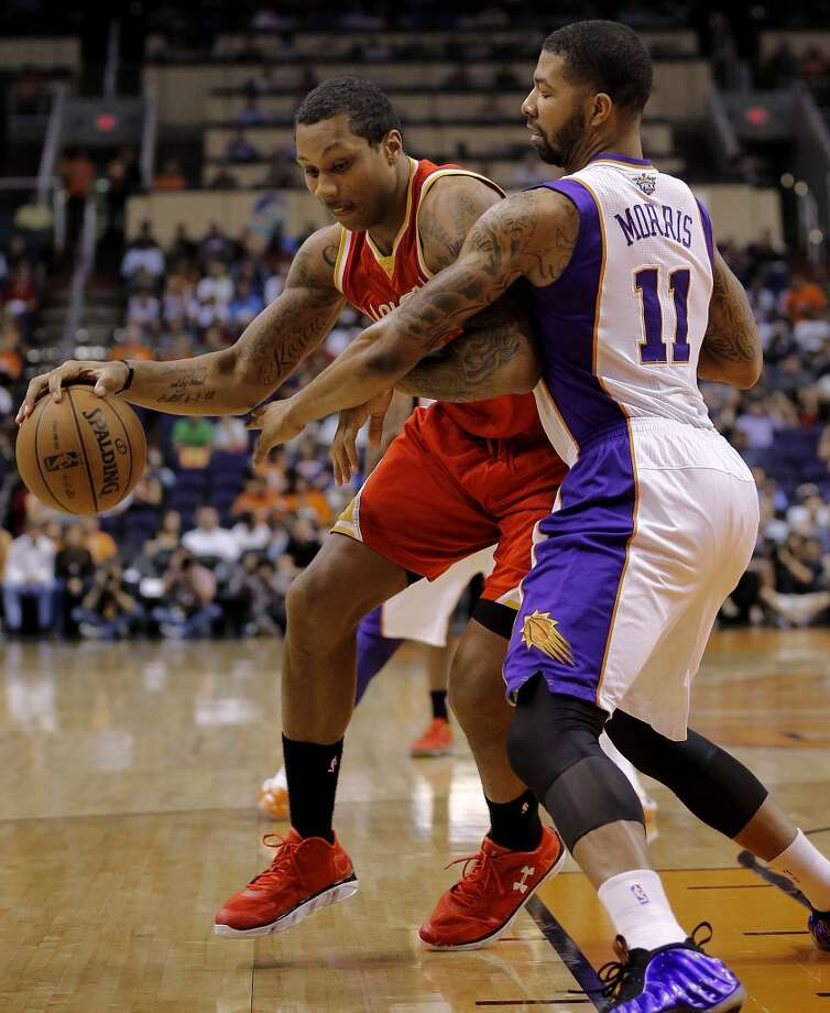 Greg Smith backs down Markieff Morris (11) during the first half. Photo: Matt York, Associated Press