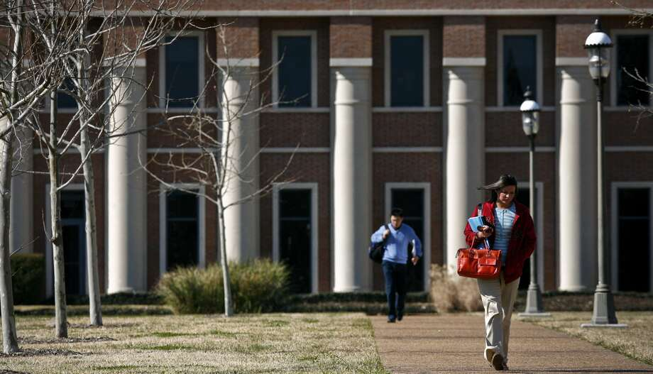 Students walk to class on a chilly  morning on the Rice University campus in 2010. (Michael Paulsen / Chronicle)