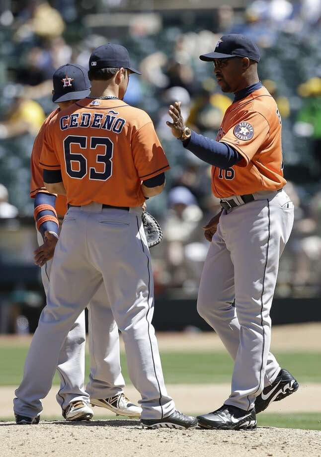 Astros manager Bo Porter speaks with Ronny Cedeno during the fourth inning. Photo: Jeff Chiu, Associated Press