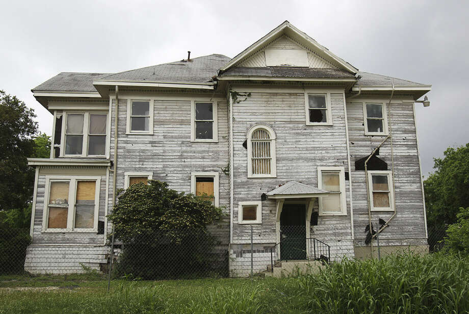 This badly damaged house, built in 1908, located near the SAC campus at 811 Ogden Street will most likely be demolished now that it has failed to win a landmark designation. Photo: Kin Man Hui / San Antonio Express-News
